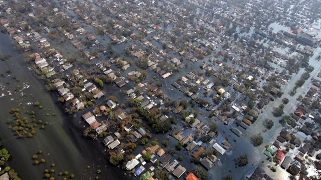10set2005---bairro-residencial-fica-completamente-inundado-apos-a-passagem-do-furacao-katrina-na-cidade-de-nova-orleans-eua-1346168710418_1920x1080