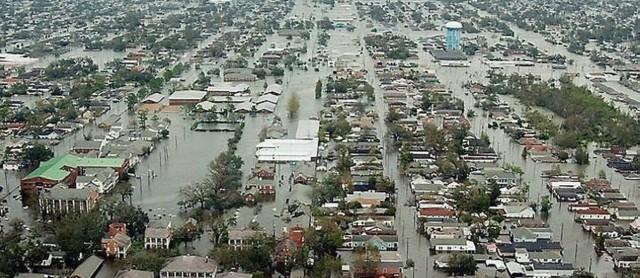 Enchente-em-area-residencial-de-Novas-Orleans-apos-passagem-do-KatrinaReuters