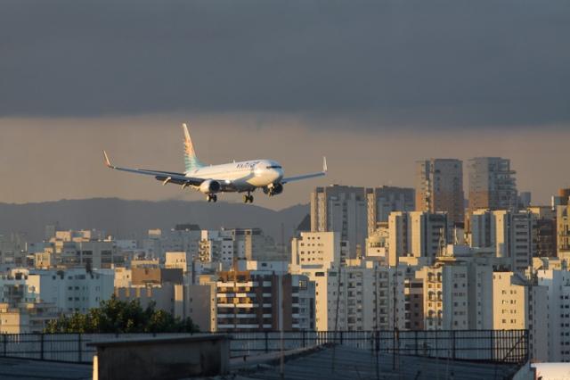 sao-paulo-congonhas-aeroporto-aviao-pousando